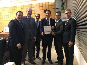 Dep. Fernando Capez (centro) entrega placa de homenagem à Regional São Paulo